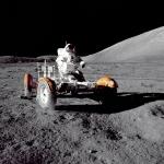 Eugene Cernan conduciendo un Rover sobre la luna